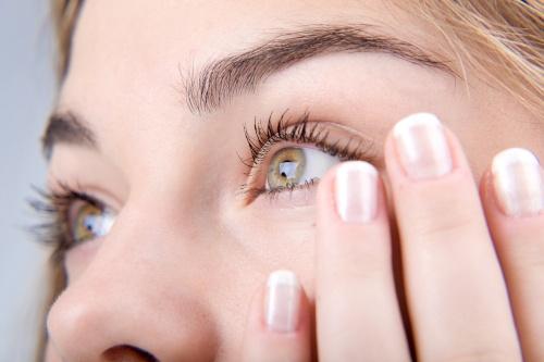 Učinkovita krema proti podočnjakom in temnim kolobarjem pod očmi